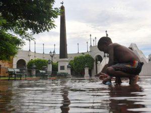 Panamá, 18 octubre 2009. ARR. Un niño juega en un gran charco de agua que quedó despues de pasar la lluvia en la Plaza de Francia debido a la falta de drenaje en el lugar. El charco obstaculiza el paso de los tantos turistas que visitan el lugar. La Prensa/ Ana Rentería