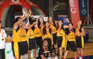 Las chicas del Colegio Javier levantan la copa.