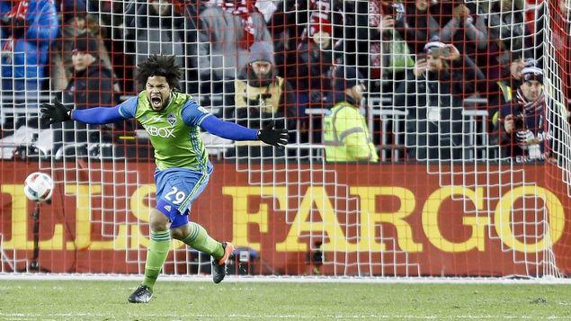 Román Torres corre a celebrar el título con el Sounders. Foto MLS .
