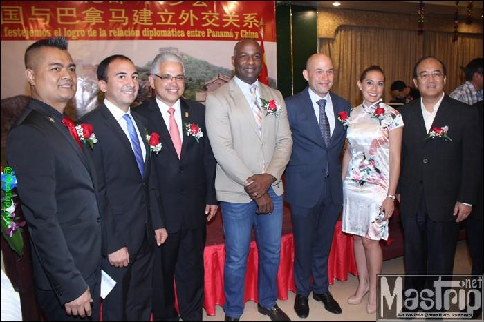 Gustavo Him, administrador de la Autoridad de Turismo de Panamá y José Isabel Blandón, alcalde del distrito de Panamá, el representante de la Oficinal de Desarrollo Comercial Chino-Panameño, Wang Weihua