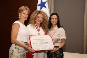 Erika Ender condecorada con la Orden Belisario Porras en el Grado de Comendador